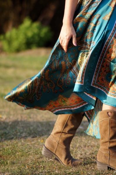 Turkusowa sukienka w orientalny wzór