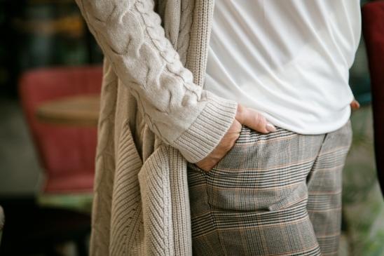 Warkocze na swetrze
